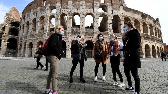 Varias turistas con mascarillas en Roma, Italia.
