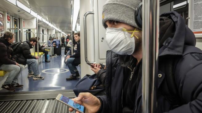Un hombre con mascarilla en el Metro.