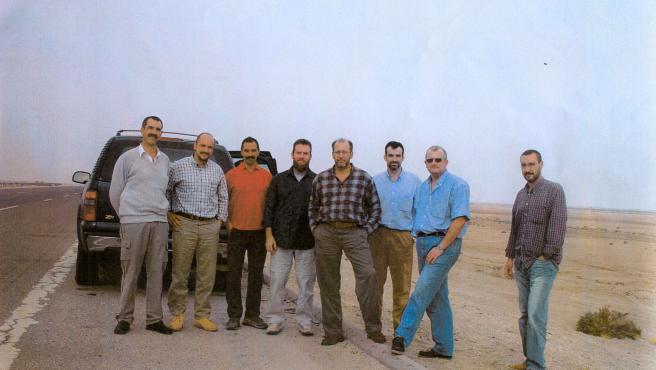 Última foto de los ocho agentes del CNI en Irak, horas antes de ser emboscados y masacrados en Latifiya. Moriría siete de ellos.