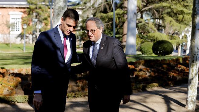 Quim Torra saluda a Pedro Sánchez en su llegada a la Moncloa.
