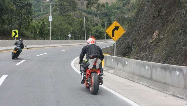 El estado de las carreteras afecta directamente a la conducción de una moto, por lo que los pilotos sufren más los desperfectos de la calzada.