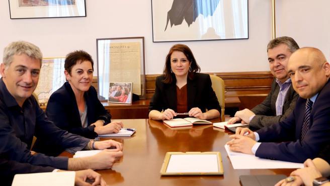 Diputados de PSOE y EH Bildu, reunidos este miércoles.