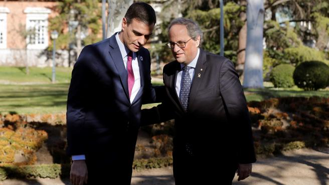 Pedro Sánchez conversa con Quim Torra a su llegada a la primera reunión de la mesa de diálogo.
