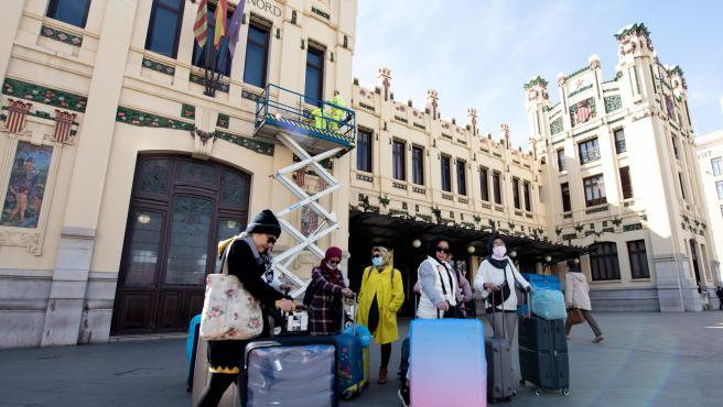 Un grupo de turistas asiáticos llegan protegidos con mascarillas a la estación del Norte de Valencia