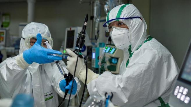 Personal médico trabaja en una unidad de cuidados intensivos de un hospital en Wuhan, China.