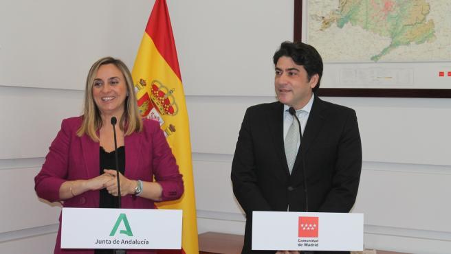 El consejero de Vivienda de Madrid, David Pérez, y la consejera de Fomento de Andalucía, Marifrán Carazo, este jueves en Madrid.