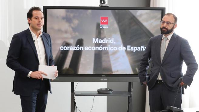 El vicepresidente Ignacio Aguado y el consejero de Economía, Manuel Giménez, durante la presentación del balance de contabilidad regional de Madrid.