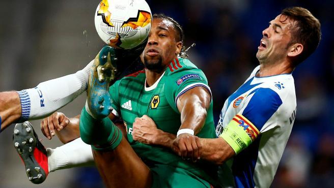 Traoré y Víctor Sánchez pugnan por un balón en el Espanyol - Wolverhampton