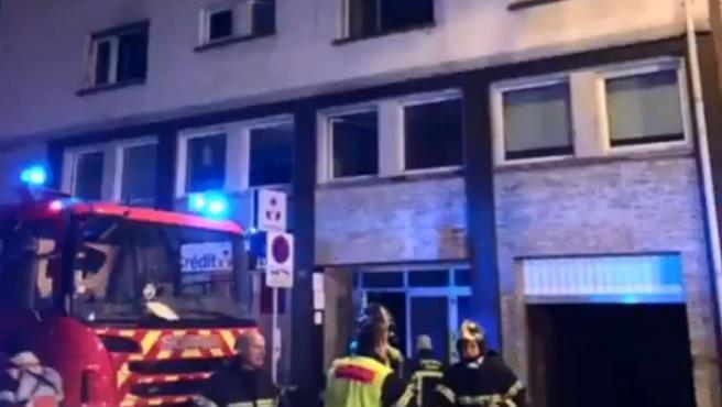 Un camión de bomberos junto al edificio que se ha incendiado.