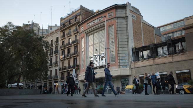 La fachada protegida de los cines Petit Pelayo, que albergarán un supermercado.