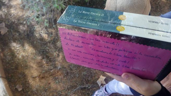 Uno de los participantes dejando libros en Sevilla