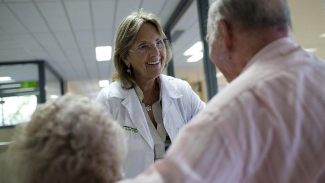 Personal sanitario atiende a pacientes de edad avanzada.
