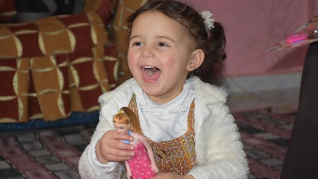 Salwa juega con una muñeca en Turquía.