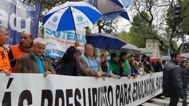 Sindicatos docentes en Argentina durante una manifestación en 2019 contra las políticas de recorte del Gobierno conservador de Mauricio Macri.