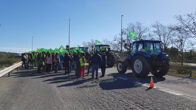 Agricultores cortan la frontera con Portugal.