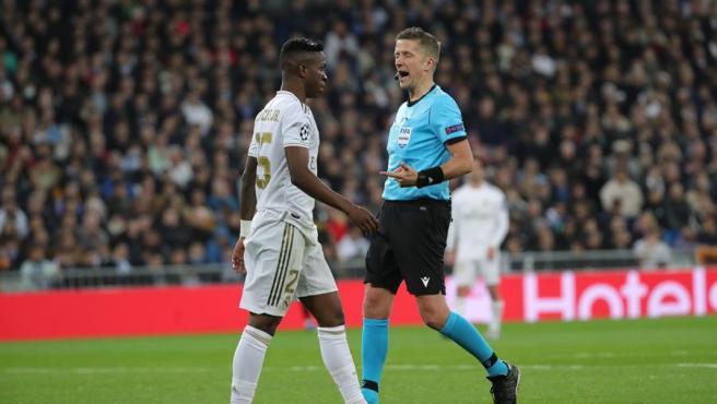 Vinícius se cruza con el árbitro del Real Madrid - Manchester City.
