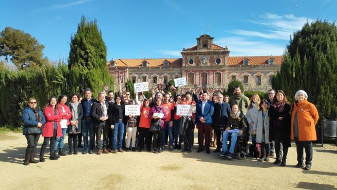 Miembros del colectivo Sindicat de Llogateres y representantes de partidos políticos en la rueda de prensa frente al Parlament.