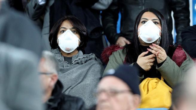 Aficionadas con mascarillas en la grada del Santiago Bernabéu.