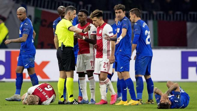 Jugadores protestan al árbitro durante el encuentro de la Europa League entre el Ajax y el Getafe, en el estadio Johan Cruyff Arena de Ámsterdam, Países Bajos.