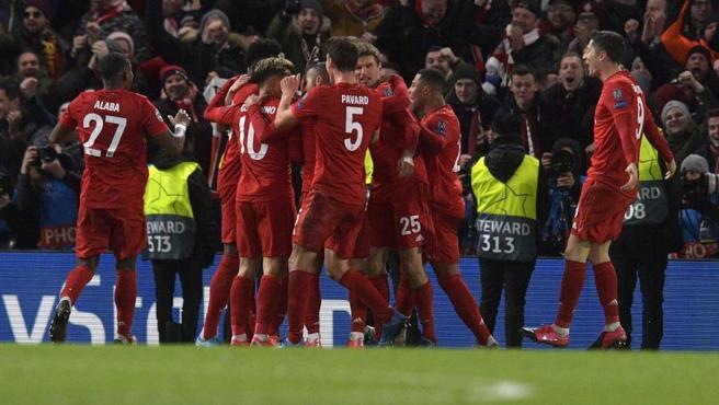 Los jugadores del Bayern celebran un gol con su afición.