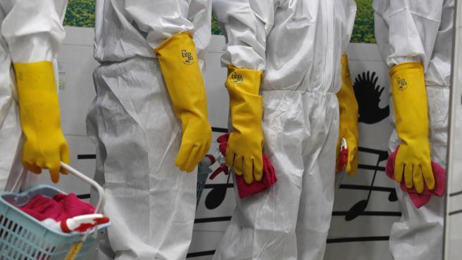 Trabajadores sanitarios desinfectan una instalación en Seúl.