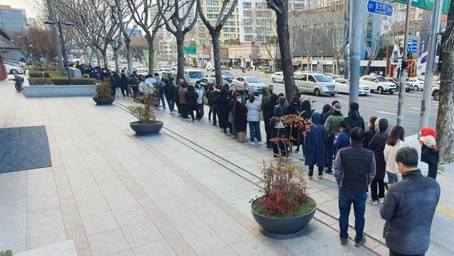 Ciudadanos forman largas colas para comprar mascarillas en la ciudad surcoreana de Daegu, el principal foco de infección del coronavirus COVID-19 en el país.