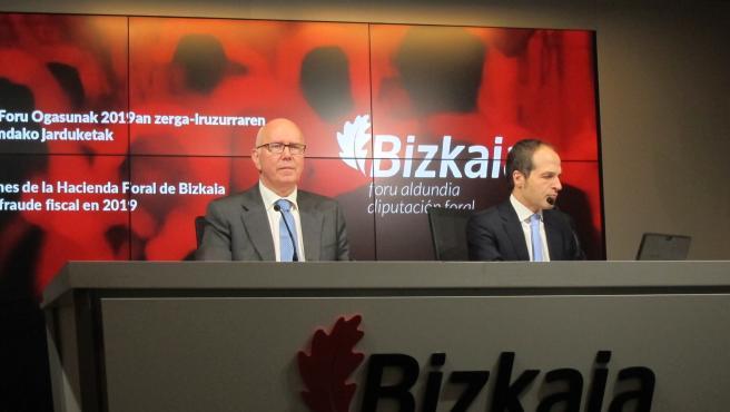 El diputado de Hacienda de Bizkaia, José María Iruarrizaga, y el director general de Hacienda, Iñaki Alonso, en rueda de prensa.