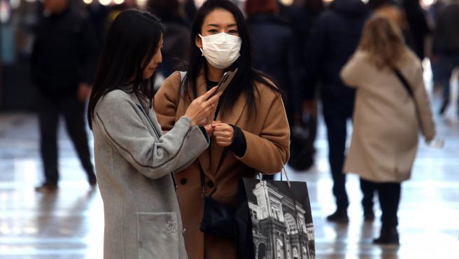 Gente utilizando mascarillas en Milán, Italia.
