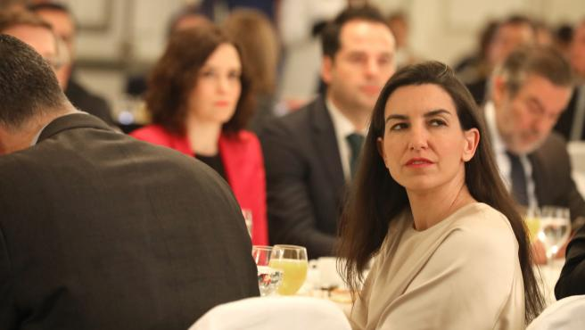 Imagen de recurso de la portavoz de VOX en la Asamblea de Madrid, Rocío Monasterio, con la presidenta de la Comunidad de Madrid, Isabel Díaz Ayuso, y el vicepresidente regional, Ignacio Aguado, de fondo.