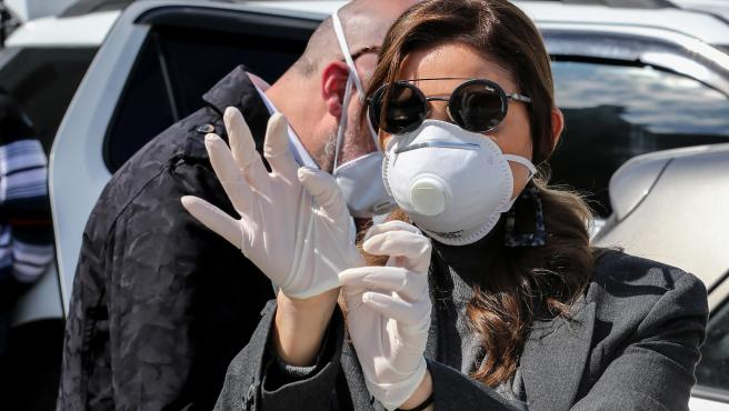 Una mujer lleva guantes de látex y mascarilla en Beirut, Líbano.