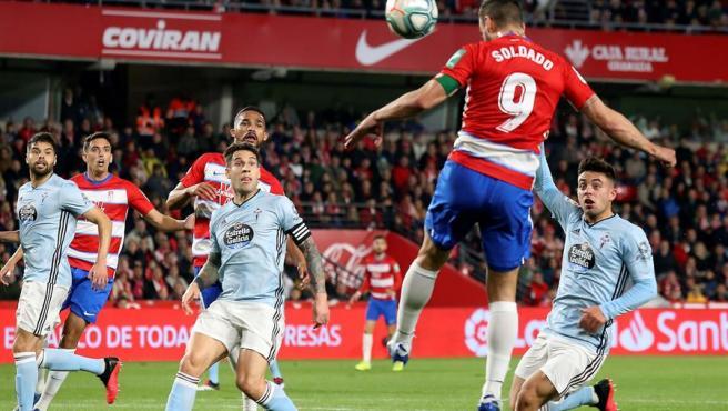 Un momento del partido entre Granada y Celta