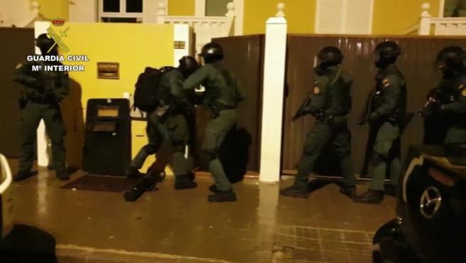 Agentes interviniendo en la Operación Ropero