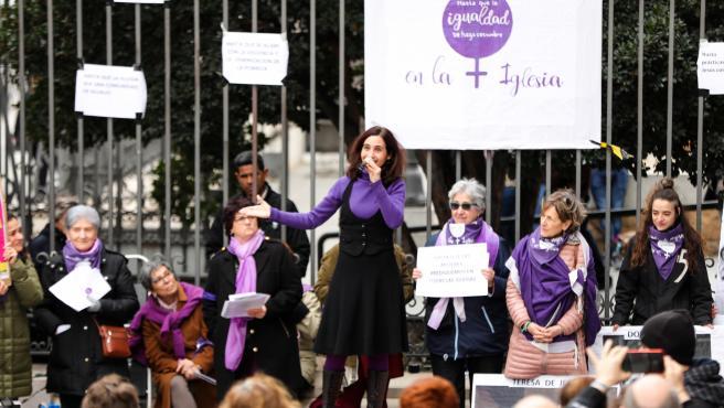 Concentración de la plataforma Revuelta de Mujeres en la Iglesia.