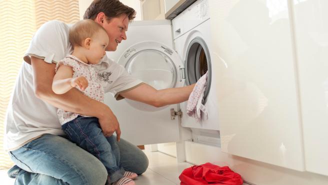 Imagen de recurso de un padre poniendo una lavadora.