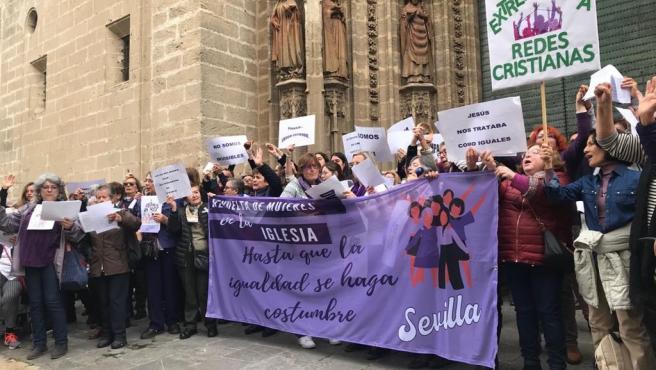 Manifestación de mujeres para pedir 'más voz y voto' en la Iglesia