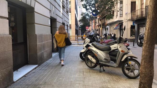 Motos aparcadas en la acera en una calle del barrio de la Vila de Gràcia