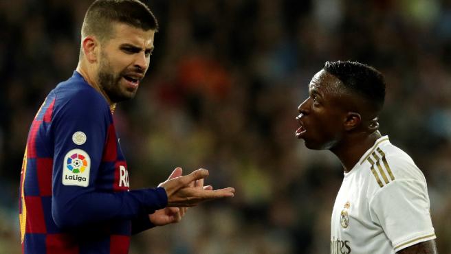 Piqué y Vinicius discuten durante el Clásico.