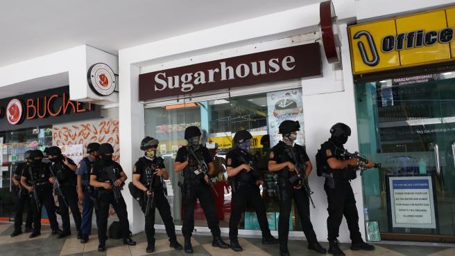 Un hombre armado ha tomado como rehenes a una treintena de personas este lunes en un centro comercial de la ciudad de San Juan, en el área metropolitana de Manila, la capital de Filipinas.