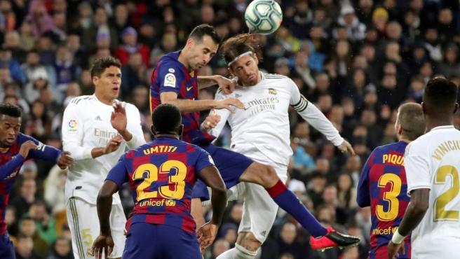 Busquets y Ramos pugnan por un balón durante el Real Madrid - Barcelona.