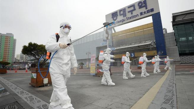Trabajo de desinfección en la ciudad de Daegu, el principal foco de infección del coronavirus COVID-19 en Corea del Sur.