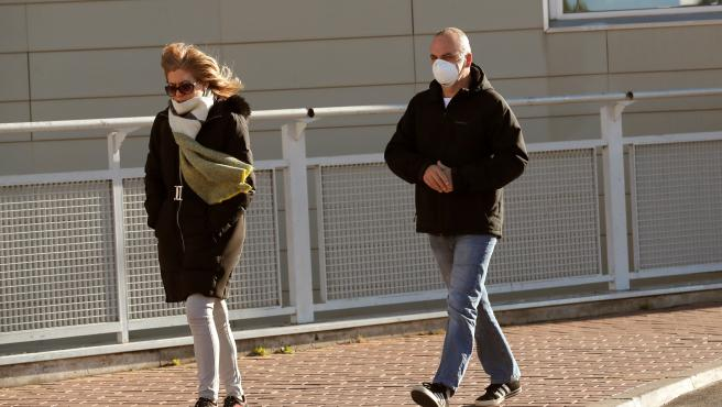 Dos ciudadanos con mascarillas llegan al Hospital de Torrejón de Ardoz.