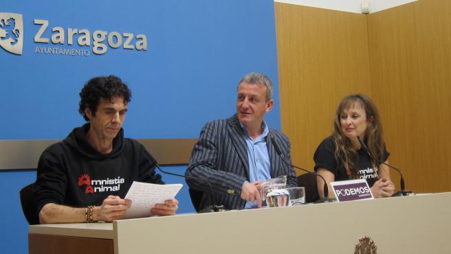 El portavoz de Podemos, Fernando Rivarés, junto a dos miembros de Amnistía Animal