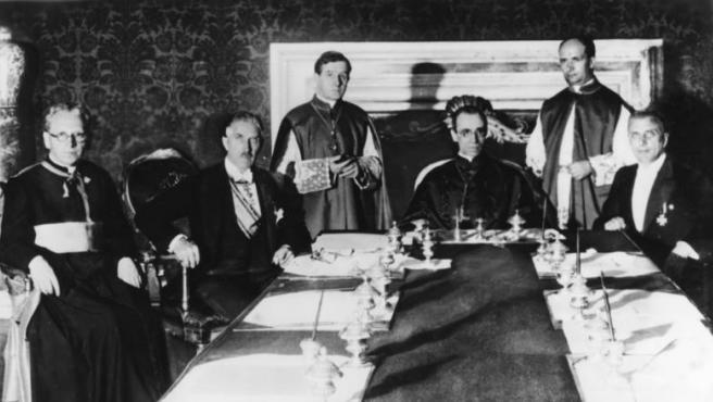 Eugenio Pacelli, más tarde conocido cono Pio XII, durante la firma del concordato con la Alemania nazi en 1935.