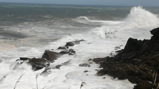 Fuerte oleaje en Cantabria. Temporal en el litoral. Alerta por olas y viento