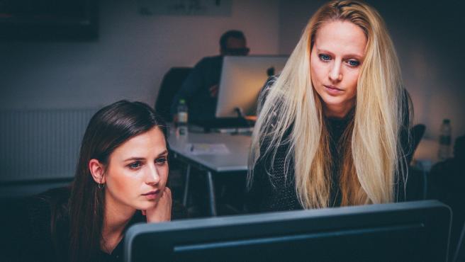 Al menos de vez en cuando puedes probar a trabajar con alguien más en un espacio compartido. Será bueno para sociabilizar y te ayudará a estar más motivado para conseguir tus objetivos.