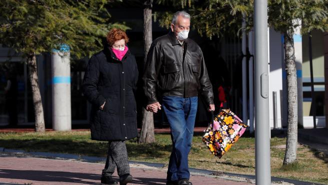 Una pareja con mascarillas en el exterior del Hospital Universitario de Torrejón de Ardoz.