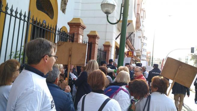 Concentración ante la sede del PSOE