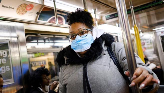 Una mujer con una mascarilla, en el metro de Nueva York.