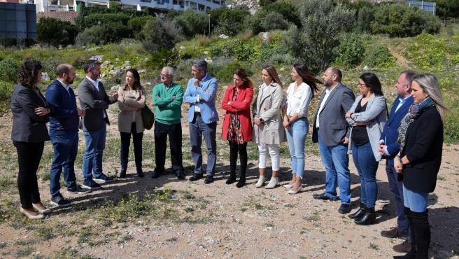 El grupo del PSOE en la Diputación de Málaga visita la parcela donde se pretende construir el centro de AFAB para enfermos de alzheimer