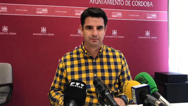 El portavoz de IU en el Ayuntamiento de Córdoba, Pedro Garcia, en una rueda de prensa.